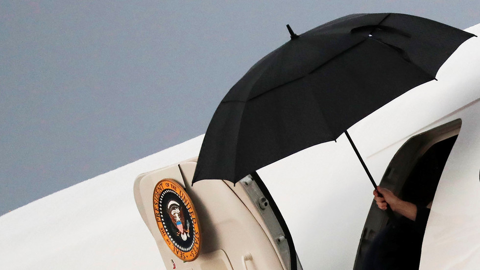 All the presidents' umbrellas: How Trump & other world leaders struggle with bumbershoots (PHOTOS)