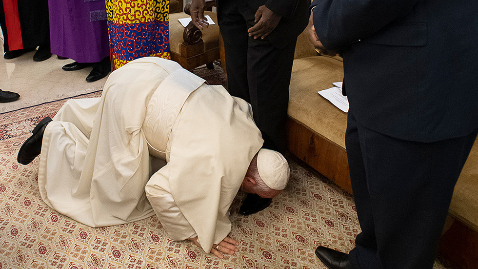 Kneeling Pope kisses South Sudanese leaders' feet during plea for peace (PHOTOS, VIDEO)