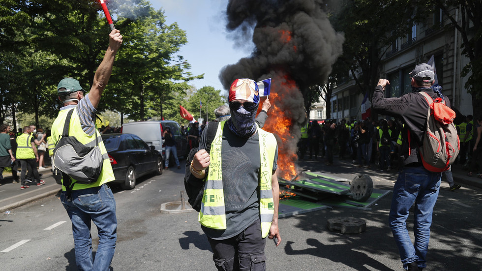 1st since Notre Dame fire: Yellow Vests back in action despite 'unifying' disaster & they are angry