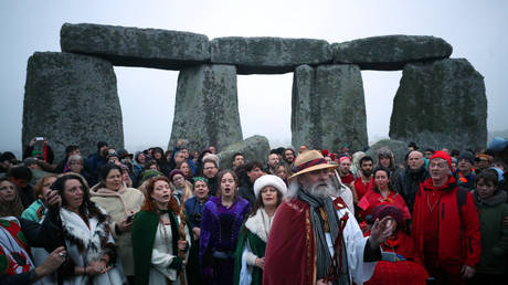 Druids and other worshippers celebrate the winter solstice at Stonehenge on Salisbury Plain, Wiltshire © Reuters / Hannah McKay
