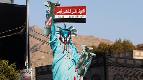FILE PHOTO: A sign portraying the Statue of Liberty in Sanaa, Yemen © Reuters / Mohamed al-Sayaghi