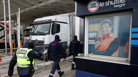 French customs officers walk past the Channel Tunnel truck toll in Coquelles, near Calais, northern France, March 1, 2019 © Reuters/Pascal Rossignol
