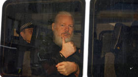 Defiant Assange shows thumbs up as he's delivered to Westminster Magistrates Court (PHOTO)