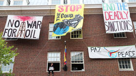 Guaido supporters confront anti-intervention activists at Venezuelan Embassy in DC (VIDEO)