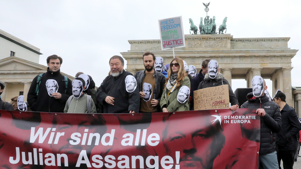 'Danger to our time': Iconic Chinese artist Ai Wei Wei joins pro-Assange rally in Berlin