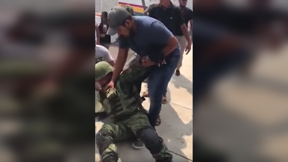 Mexican 'civilians' kidnap soldiers to get confiscated guns back (VIDEOS)