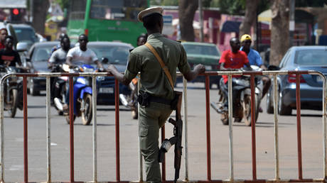 A Burkina Faso police officer stands guard, FILE PHOTO: © AFP / Issouf Sanogo