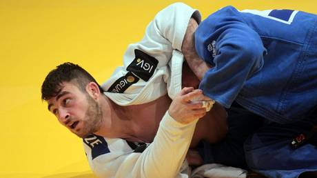 Updating his status mid-fight? Judoka disqualified for dropping cellphone during match