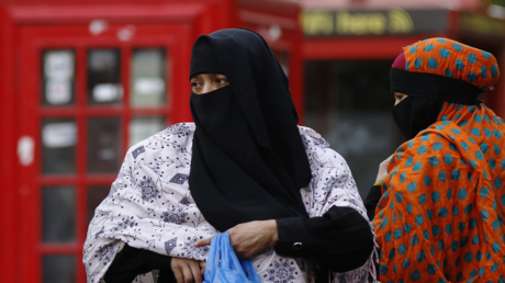 FILE PHOTO: Women wear full-face veils as they shop in London © Reuters / Luke MacGregor