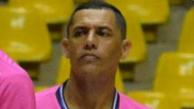 Brazilian futsal referee suffers fatal heart attack during match  (VIDEO)