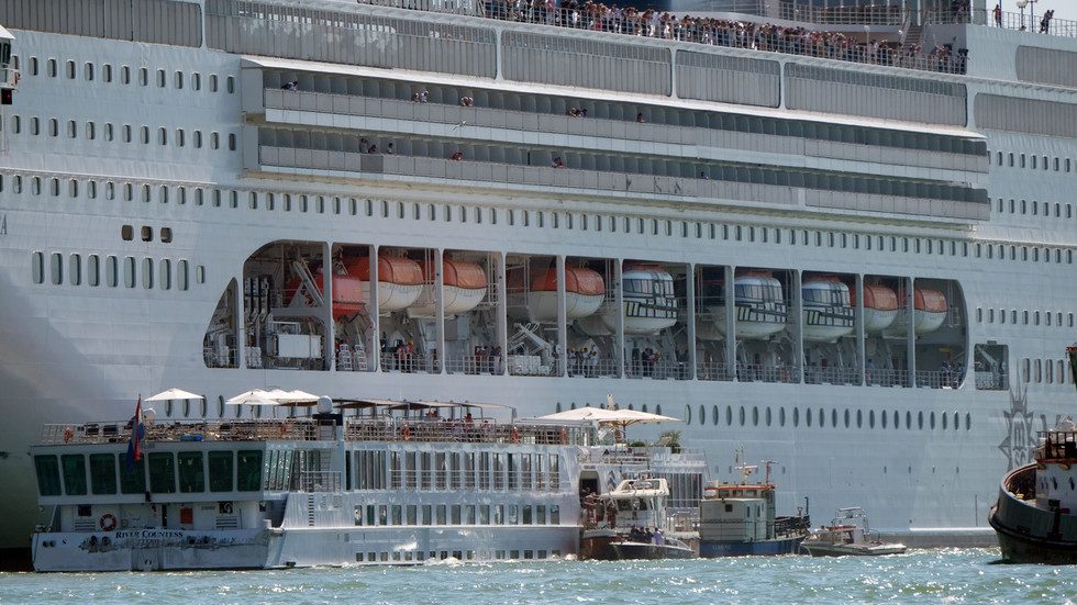 Cruise ship crashes into tourist boat & dock on Venice canal (PHOTOS, VIDEO)