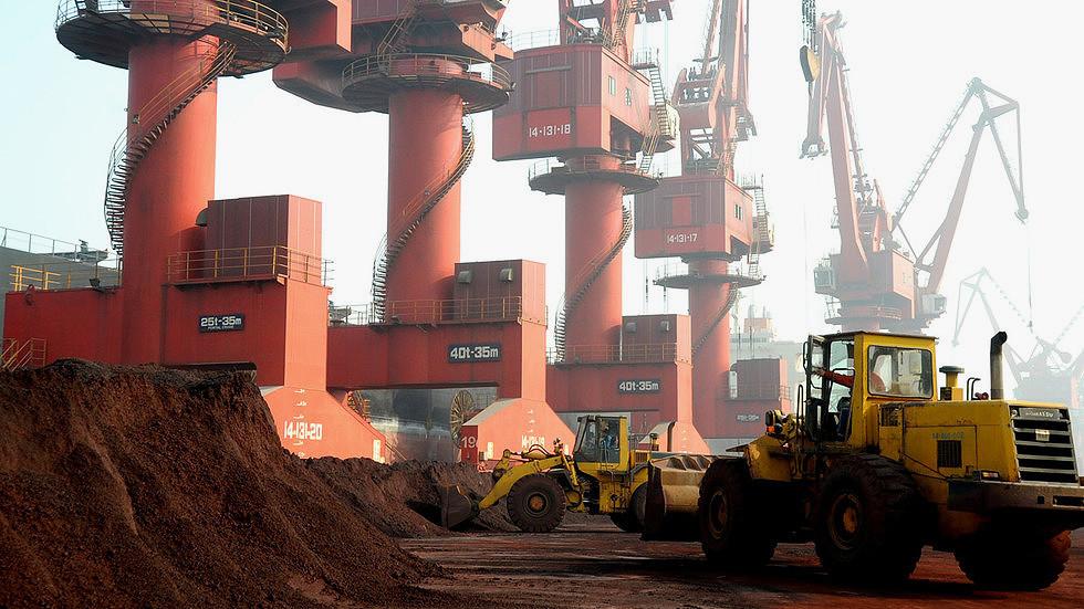 Trabalhadores transportam minério contendo elementos de terras-raras para exportação em um porto em Lianyungang, província de Jiangsu, China © Reuters