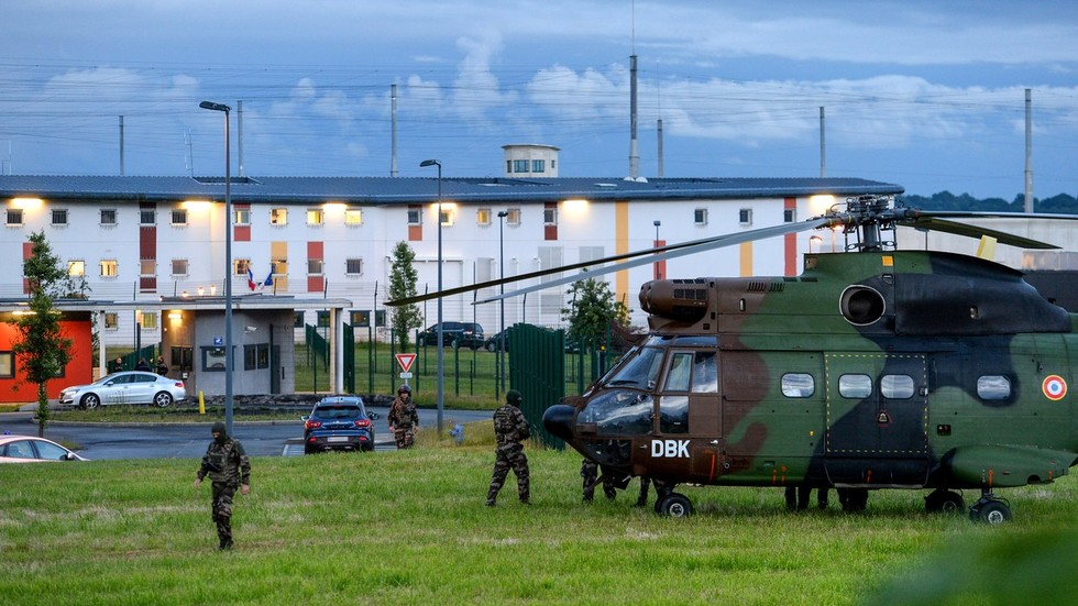Hostage-taking situation at prison in Conde-sur-Sarthe, France (PHOTO, VIDEO)