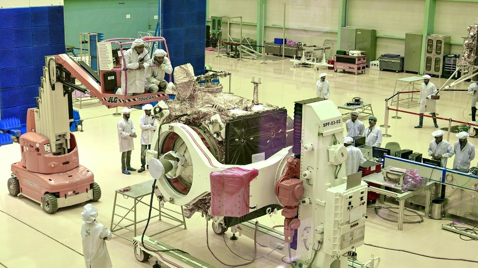 India unveils Moon lander, set to become 4th nation to touch down on Earth's satellite (PHOTO)