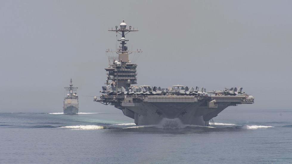 O porta-aviões USS John C. Stennis (CVN 74) e o cruzador de mísseis guiados USS Mobile Bay (CG 53) transitam pelo Estreito de Ormuz em 7 de abril de 2019. © Global Look Press / Marinha dos EUA