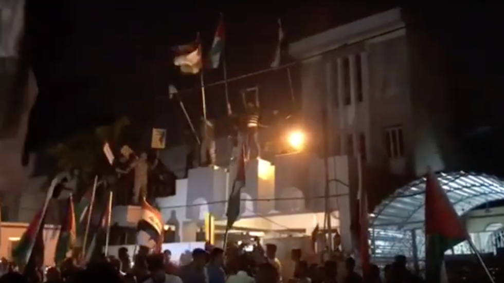 Iraqis storm Bahrain embassy, burn US & Israeli flags to protest 'deal of the century' (VIDEOS)
