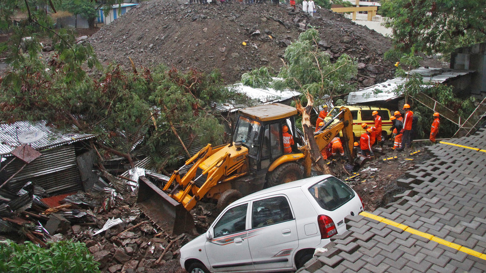 4 children among 15 dead as wall collapses in Indian city