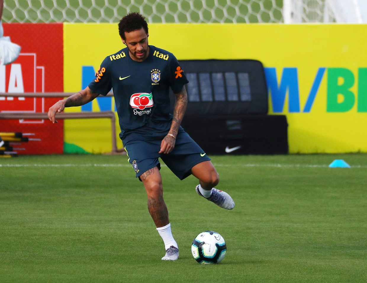 Neymar Returns to Brazil Training After Knee 'Scare'