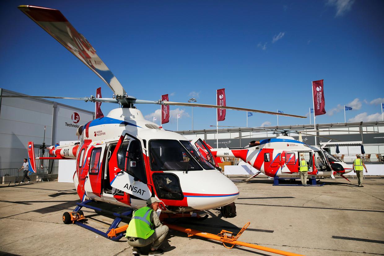 Técnicos trabalham em um helicóptero Ansat multiuso na exposição estática, antes da abertura do 53º Salão Internacional de Paris no aeroporto de Le Bourget, perto de Paris © Reuters / Pascal Rossignol