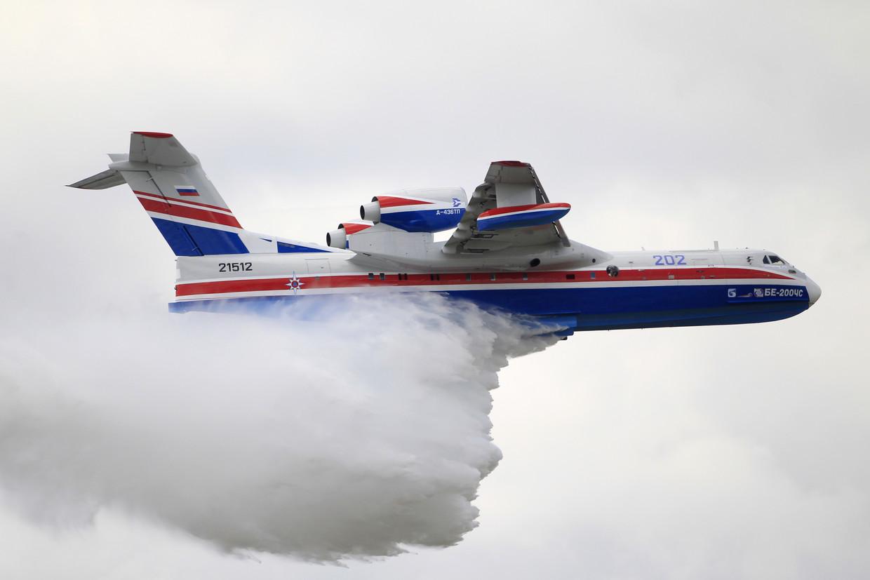 Um avião de combate a incêndios Beriev Be-200ES libera água durante uma demonstração aérea © Reuters / Gonzalo Fuentes