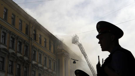 Kids make death-defying escape from 8th floor apartment fire in Omsk (VIDEO)
