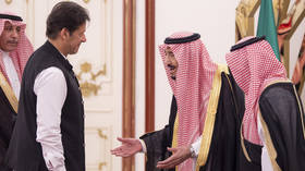 Pakistan PM criticized for 'insulting' encounter with Saudi Arabia's King Salman (VIDEO)