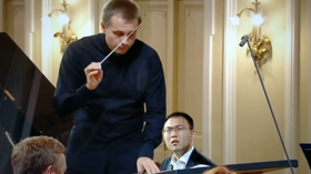 Concerto wrong-o: Music score mix-up forces competitor to pull rabbit out of hat (VIDEO)