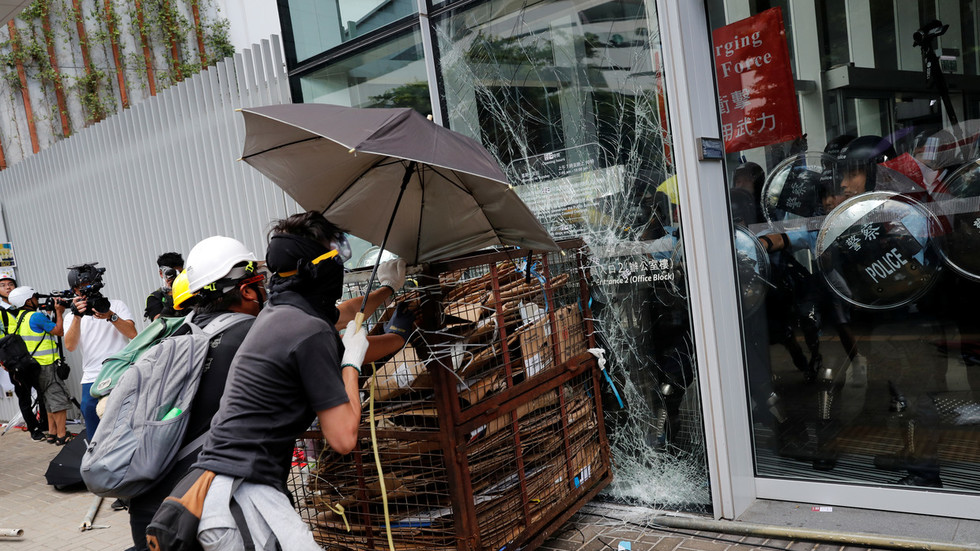 Hong Kong protesters smash council building windows with trolley, clash with police (PHOTOS, VIDEO)