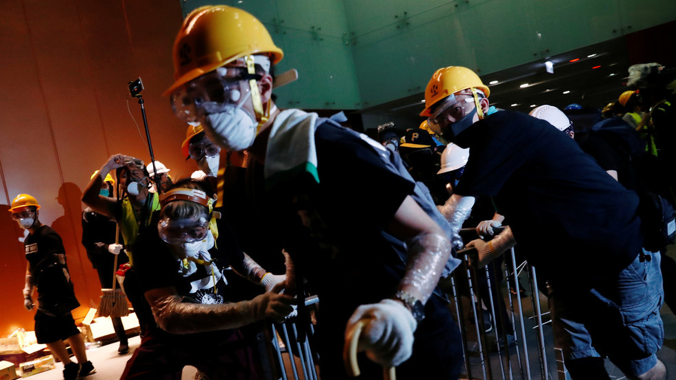 PHOTOS of polite Hong Kong protesters 'paying for drinks' go viral