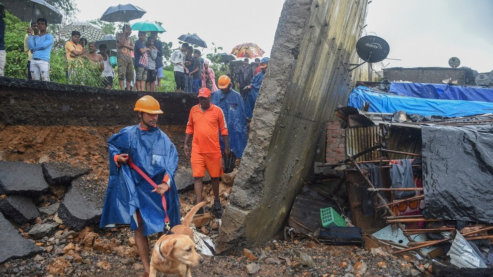 At least 22 die as three walls collapse in India amid monsoon rains (PHOTOS)