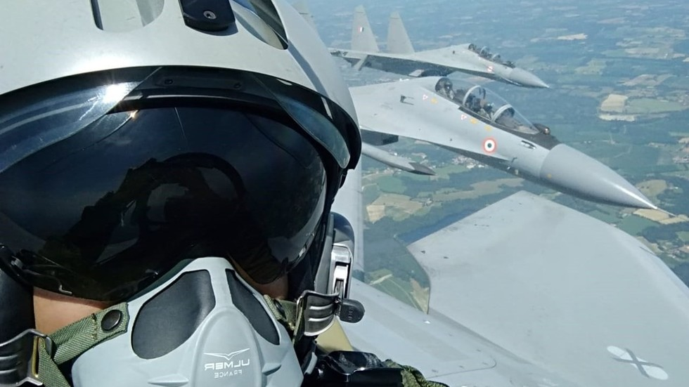 French pilot takes selfie from inside of Russian-developed Su-30, calls it 'great aircraft' (PHOTOS)