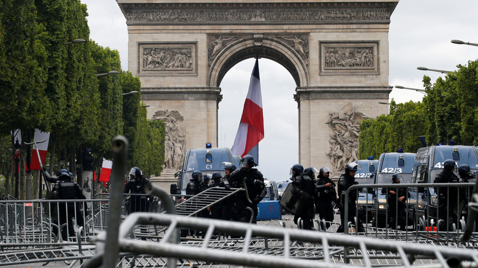Barricades & tear gas: 150+ arrested amid Bastille Day celebrations (PHOTO, VIDEO)