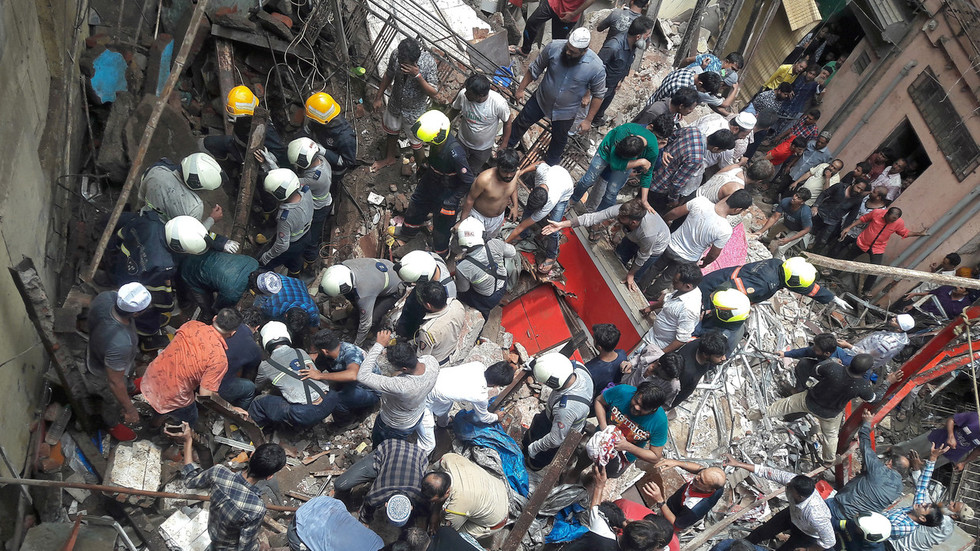 2 dead, dozens trapped as four storey Mumbai building collapses