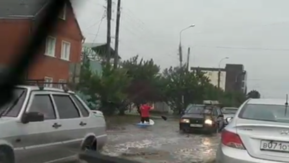 Russians turn flooded streets into Riviera with boats & airbeds (VIDEOS)