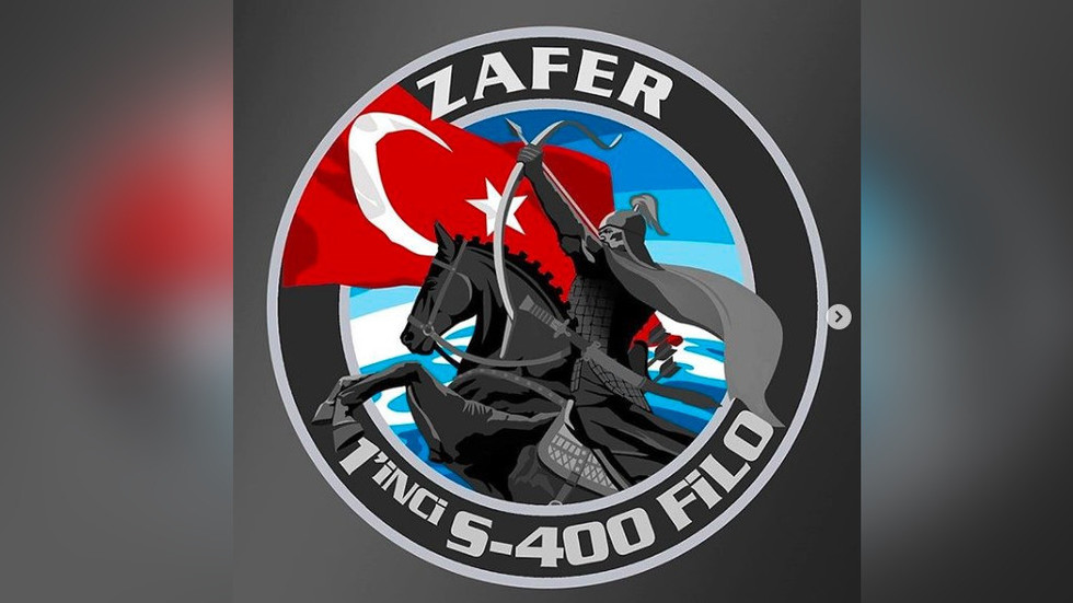 Turkish designer unveils badge of his country's 1st S-400 squadron