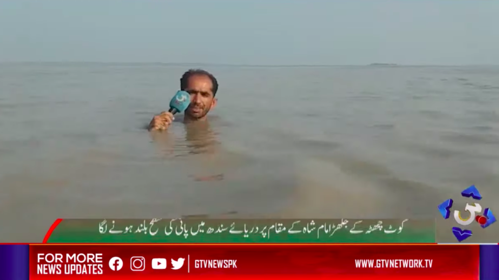 Deep coverage: Pakistani journalist goes viral for news report in chin-high floodwaters