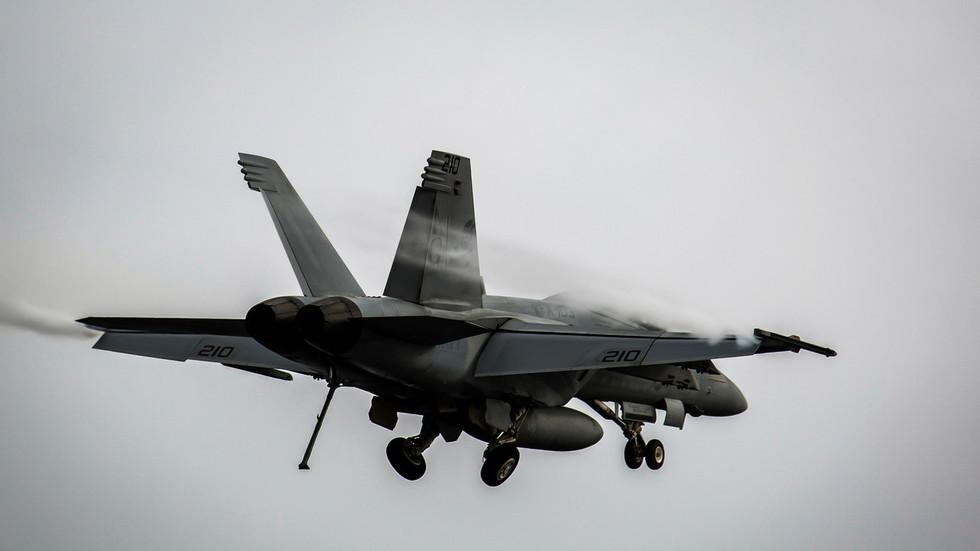 FOTO DE ARQUIVO: Um F/A-18E Super Hornet prepara-se aterrissar. ©  Reuters / Stephanie Contreras / U.S. Navy
