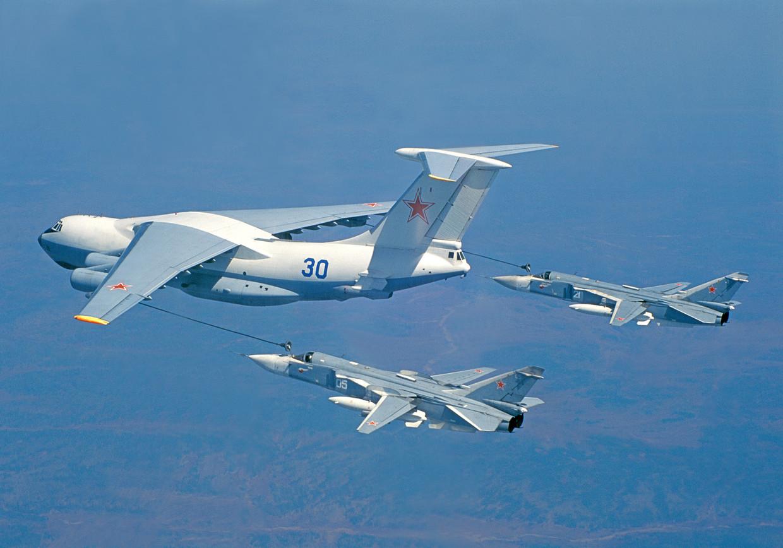 Um par de Su-24s reabastecendo no ar. © sukhoi.org