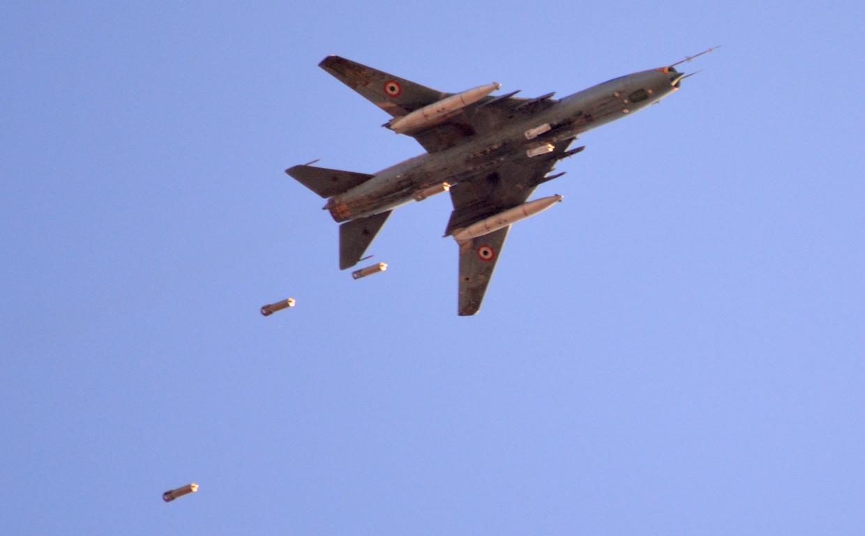 Um Su-22 sírio é visto lançando suas bombas em 2018. © AFP / Rami al Sayed