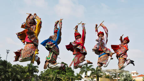 FILE PHOTO: Performers dressed in traditional attire rehearse for a folk dance © Reuters / Amit Dave