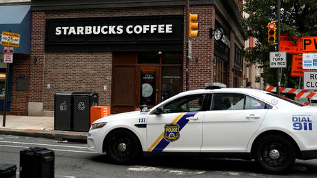 FILE PHOTO: A police car pulls up outside a Starbucks in Philadelphia © Reuters / Jessica Kourkounis