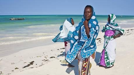 Women on a beach in Zanzibar, Tanzania. © Global Look Press/Martin Moxter/imageBROKER.com