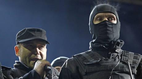 FILE PHOTO. Dmytro Yarosh (L) addresses a rally in Kiev in 2014. ©REUTERS / David Mdzinarishvili