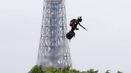 'The Green Goblin!': Onlookers delighted as armed flyboard rider soars over Paris (VIDEO)