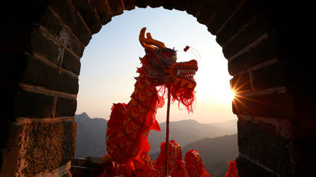 A dragon dance at the Mutianyu section of the Great Wall of China © Reuters / Bu Xiangdong