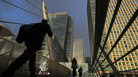 People walk through the Canary Wharf financial district of London © Reuters / Simon Dawson