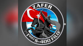 Turkish designer unveils badge of his country's 1st S-400 squadron
