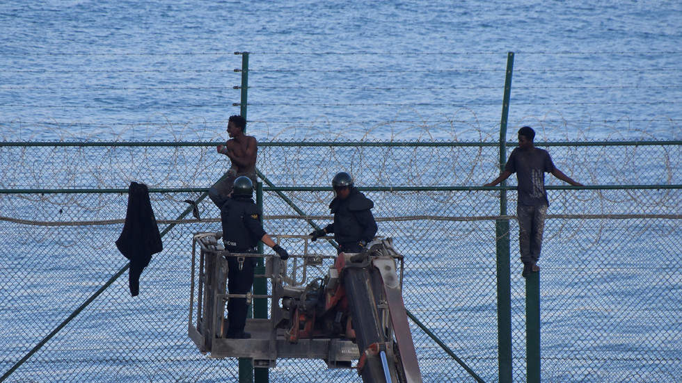 WATCH: Hundreds of migrants storm 6m-high razor wire at Spanish exclave Ceuta