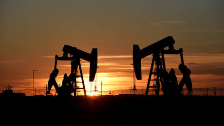 FILE PHOTO: Pump jacks operate at sunset in an oil field in Midland © Reuters / Nick Oxford