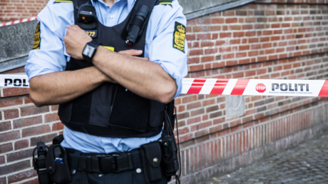 A police officer stands guard at the Danish Tax Authority at Oesterbro in Copenhagen, Denmark, on August 7, 2019 © AFP / Olafur STEINAR GESTSSON / Ritzau Scanpix